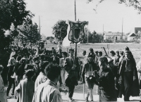 Juwenalia KULowskie [1958/59] : młodzież przebrana w różne stroje maszeruje na Poczekajkę